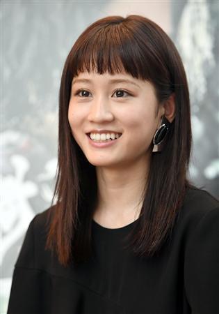 黒い服も似合います前田敦子