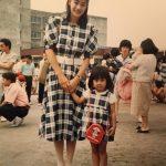 加藤綾子、美人母との幼少期2ショットを公開「DNAってすごい」「今のカトパンにそっくり」の声