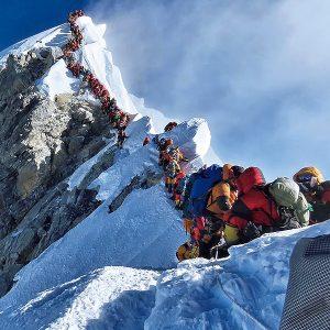エベレストが大渋滞で遺体の山に