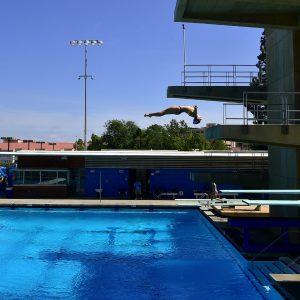 女子水泳「露出過多で失格」批判殺到で取り消しに