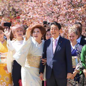 「桜を見る会」2020年度は中止。菅官房長官が発表