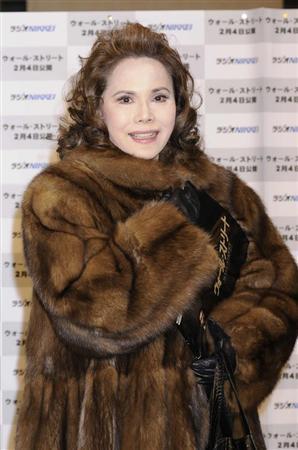 デヴィ夫人「毛皮のコート破られた」訴訟で完敗 前から裂けていた